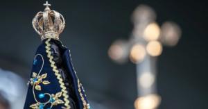 12out2012---fiel-segura-uma-imagem-de-nossa-senhora-aparecida-durante-missa-em-homenagem-a-padroeira-do-brasil-realizada-na-praca-da-se-na-regiao-central-da-capit